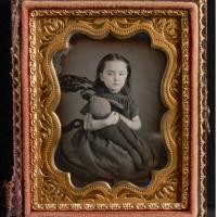 """Jeux d'enfants, questions de grands : découvrez les """"Black Dolls"""" de Deborah Neff."""